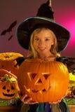 Partito di Halloween con una zucca della holding del bambino immagini stock
