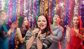 Partito di karaoke di Girlsfriends fotografia stock