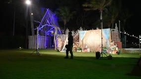 Partito di notte con la decorazione alla spiaggia di Hua Hin in Prachuap Khiri Khan, Tailandia video d archivio
