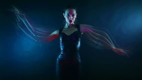 Partito di notte, vita notturna Bella donna sexy che balla ballo orientale mistico psicologico di Shakti