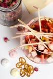 Partito di sungria della frutta grande vetro, lotti delle paglie sulla tavola Immagini Stock
