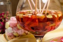 Partito di sungria della frutta grande vetro, lotti delle paglie sulla tavola Immagini Stock Libere da Diritti