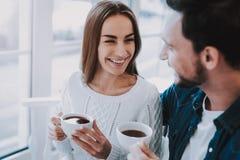 Partito di tè Gente sorridente Amore Insieme in caffè fotografia stock