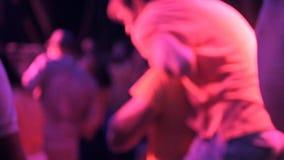 Partito, feste, celebrazione, vita notturna e concetto della gente - amici sorridenti che ballano in club o aria aperta video d archivio