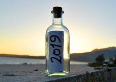 Partito 2019 nella sabbia della spiaggia al tramonto fotografie stock