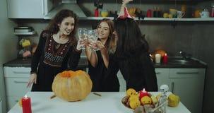 Partito perfetto di Halloween per le giovani signore che filtrano un grande tempo, un dancing e un vino bevente sulla notte di Ha stock footage