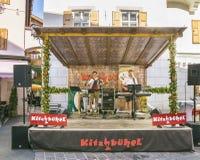 Partito tradizionale di estate nel centro storico di Kitzbuhel Fotografie Stock Libere da Diritti
