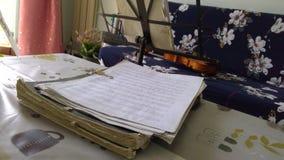 Partitura del violín imagenes de archivo