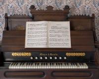 Partitura posizionata sul vecchio organo immagini stock