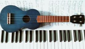 Partituras尤克里里琴y联合国钢琴 尤克里里琴和钢琴活页乐谱 免版税库存图片