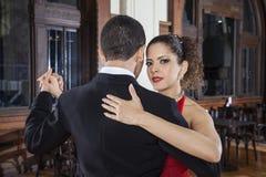Η όμορφη εκτέλεση χορευτών τανγκό ευγενής αγκαλιάζει το βήμα με Partn Στοκ Φωτογραφίες