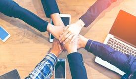 Partnerów biznesowych ludzie łączy rękę po skończony spotykać, Fotografia Royalty Free