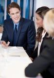 Partner am Arbeitsplatz eine Idee besprechend stockbild