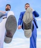 Partner bezig met telefoongesprek die, voetschoen zich dicht omhoog vooruit bewegen Het breken concurrentievermogen Zakenlieden h royalty-vrije stock foto's