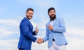 Partner biznesowy potwierdza dylową transakcję Transakcja biznesowa zatwierdzająca akceptującą oba partnerami Mężczyzna kostiumów zdjęcie royalty free