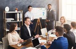 Partner che danno presentazione ai colleghi immagini stock