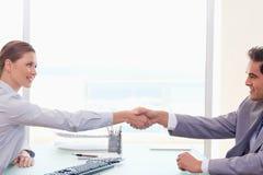 Partner commerciale che agita le mani Immagini Stock Libere da Diritti