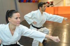 Partner di pugilato d'allenamento quando sviluppano gli aikidi di tecniche nell'addestramento Fotografia Stock