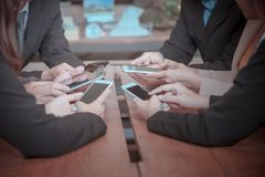 Partner el teléfono elegante del uso para encontrarse y discuta el informe final imagen de archivo