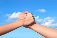 Partner handen mellan en man och en kvinna Royaltyfria Foton
