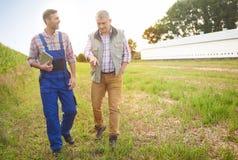 Partner lavoranti all'azienda agricola Fotografie Stock