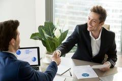Partnera biznesowego handshaking na spotkaniu w biurze Obraz Royalty Free