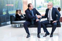 Partnera biznesowego handshaking po podpisywać kontrakt zdjęcia royalty free