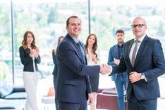 Partnera biznesowego handshaking po podpisywać kontrakt fotografia stock