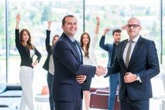 Partnera biznesowego handshaking po podpisywać kontrakt zdjęcia stock