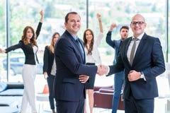 Partnera biznesowego handshaking po podpisywać kontrakt obraz royalty free
