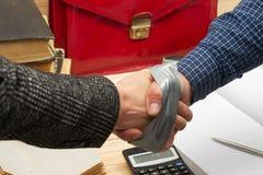 Partnera biznesowego handshaking po podpisywać kontrakt Pertnership obrazy stock