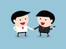 partnera biznesowego handshaking podczas gdy inni ludzie trzyma armatniego b Fotografia Royalty Free