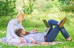 Partnera biznesowego pojęcie Balansowy freelance i życie rodzinne Mężczyzny i dziewczyny pracy laptop Budowa biznes z twój współm obrazy royalty free