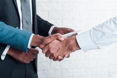 Partnera handshaking po szyldowego biznesu kontrakta obrazy royalty free