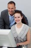 Partners die bij een computer werken Stock Foto