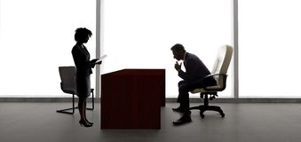 Partners die Businessplan voor Startbedrijf maken stock foto