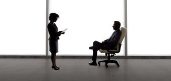 Partners die Businessplan voor Startbedrijf maken stock afbeelding
