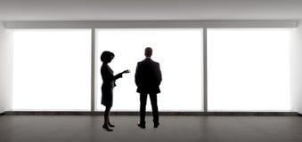 Partners die Businessplan voor Startbedrijf maken royalty-vrije stock afbeeldingen