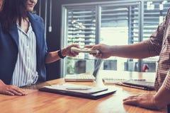 Partners die contract ondertekenen om geld van investeerder te lenen stock foto