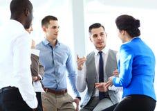 Partners die documenten en ideeën bespreken op vergadering Stock Foto's