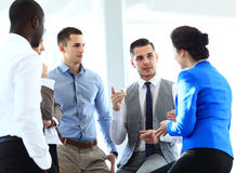 Partners die documenten en ideeën bespreken op vergadering Stock Fotografie