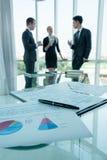 Partners die documenten en ideeën bespreken op vergadering Royalty-vrije Stock Fotografie