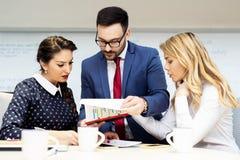 Partners die documenten en idee?n bespreken op vergadering royalty-vrije stock foto's