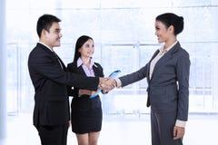 Partners die een overeenkomst maken stock foto's