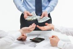 Partners die geld van werkgever eisen stock fotografie