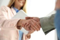 Partners die handen na vergadering schudden stock foto