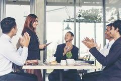 Partners die handen slaan aan een succes bedrijfsvrouw na volledig een overeenkomst stock afbeelding