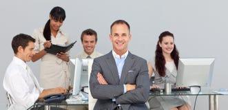 Partners die met hun manager werken Stock Foto's