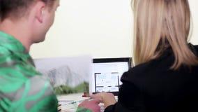 Partners die met tablet werken stock video