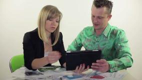 Partners die met tablet werken stock videobeelden